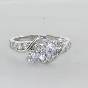 7256 - 3 stones diamond ring with side diamonds